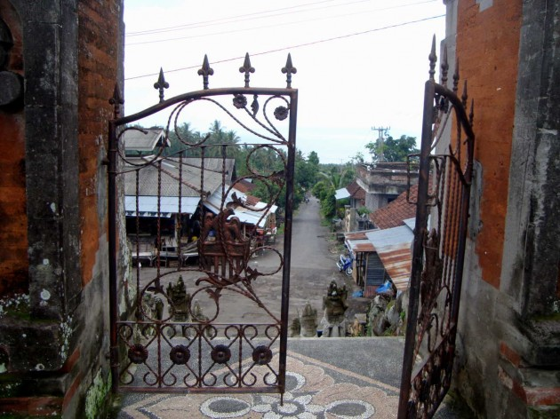 Ворота храма по дороге в деревню Амед