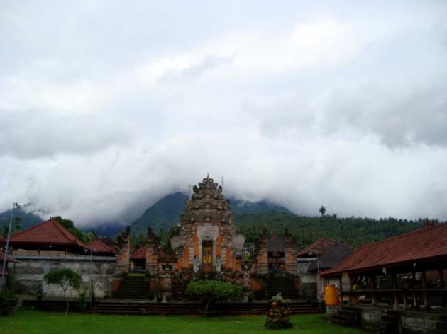 Храм у горы. Бали