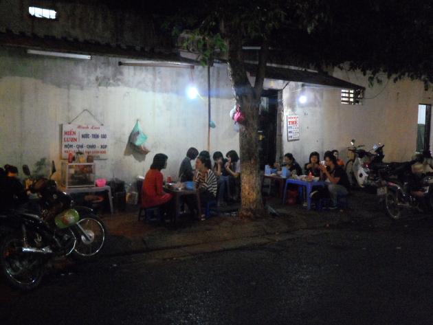 Низкие стульчики. Ужин в Ханое. Вьетнам стайл