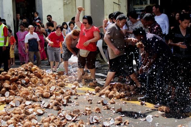 Бросаем кокосы. Тайпусам. Пенанг