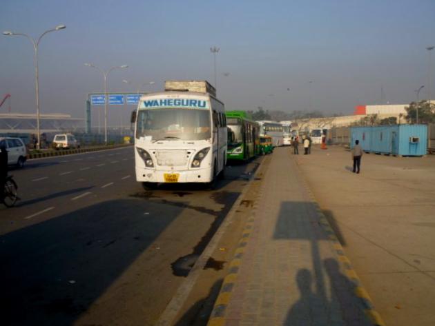 Разводилы в Индии. Автобус у аэропорта