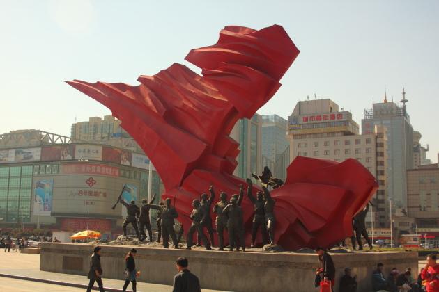 Вокзал в Шицзячжуане. Монумент
