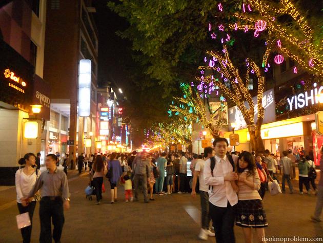 Пешеходные шоппинг улицы в Китае. Пекинская
