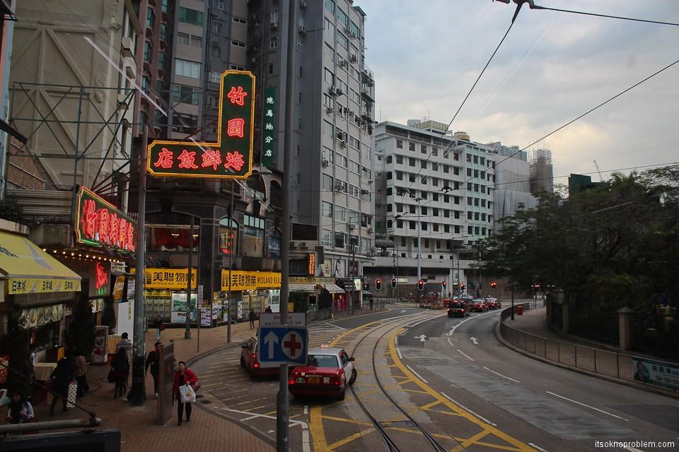 Двухэтажные трамваи в Гонконге. Вывески