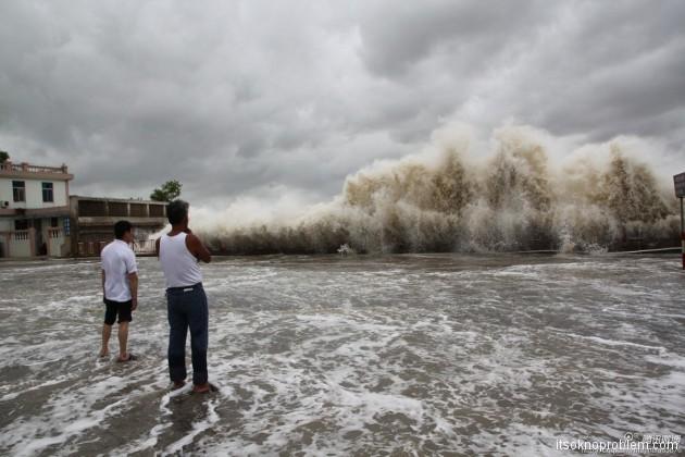 Кадры шторма Усаги на побережье. Тайфун фото