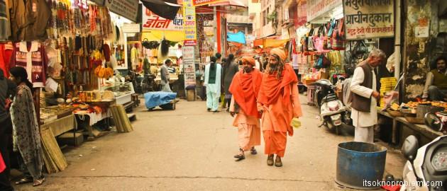 Открытки из Индии. Такси в Мумбаи, автобусы, люди и ботинки